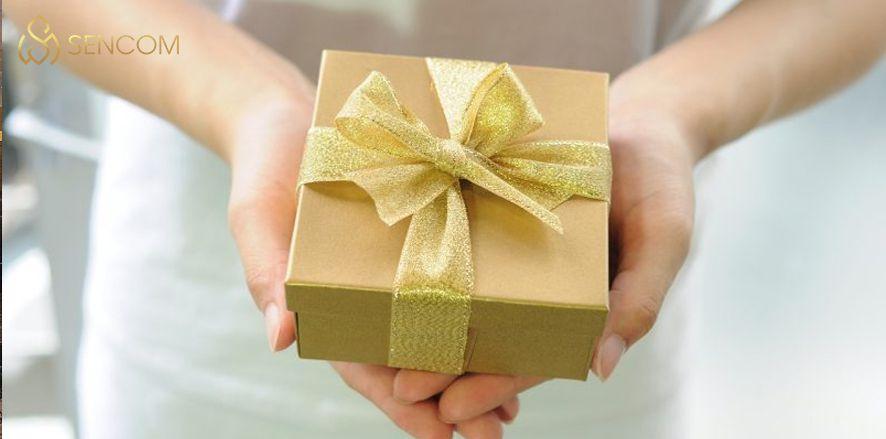 Hãy cùng Sencom tham khảo bài viết để tìm hiểu ngay 20 món quà kỷ niệm ngày cưới ý nghĩa nhất dành cho người thân, bạn bè và gia đinh nhé...